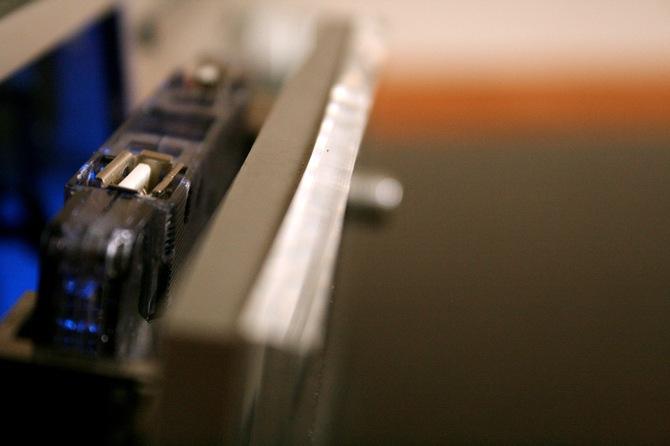 In einer leeren Kassette sind zwei Front-USB Anschlüsse untergebracht. Eine Innenbeleuchtung geht an, wenn das Kassettenfach aufgeht.